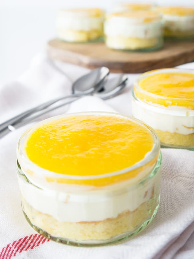 This Easy Layered Canned Peach Dessert is so refreshing and perfect to make in advance! Serve it as a Dessert in a glas or as a cake.