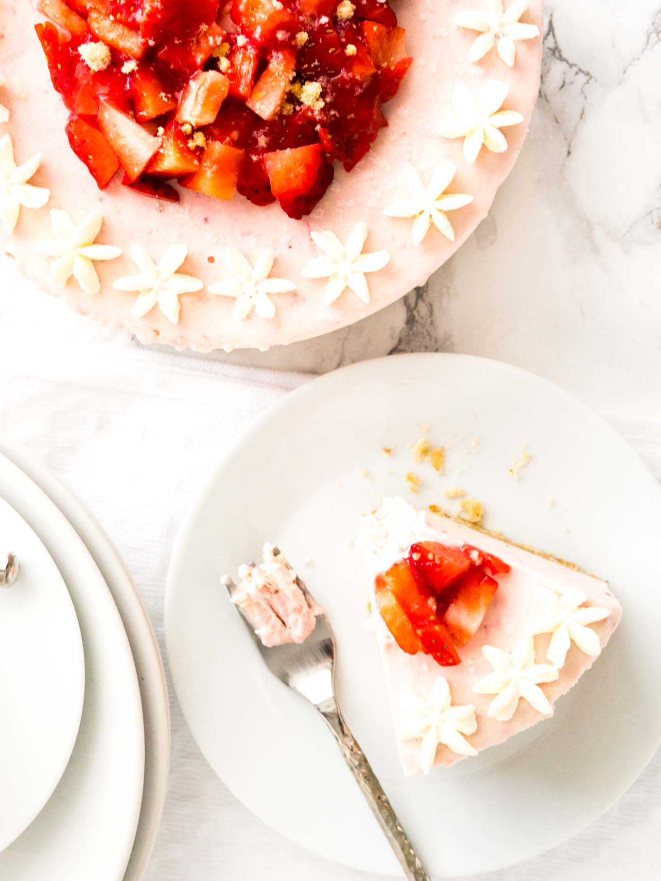 No Bake Strawberry Cheesecake - this fluffy mousse cake is made with fresh strawberries! A perfect cake for special occasions.